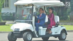 Presiden Joko Widodo mengemudikan mobil golf bersama Raja Abdullah Raja Malaysia Yang Dipertuan Agong XVI Al-Sultan Abdullah di Istana Bogor Jawa Barat, Selasa (27/8/2019). Keduanya akan membahas empat poin untuk menguatkan hubungan Indonesia dan Malaysia. (Liputan6.com/Pool/Seskab:Abdurahma)