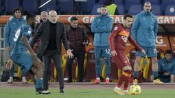 Penyerang AC Milan, Zlatan Ibrahimovic (kanan) menyaksikan rekan-rekannya bertanding melawan AS Roma pada pertandingan lanjutan Liga Serie A Italia di stadion Olimpiade, di Roma, Italia,Senin (1/3/2021). Saat ini AC MIlan mengemas 52 poin terpaut 4 poin dari Inter Milan. (AP Photo/Gregorio Borgia)