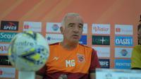 Pelatih Borneo FC, Mario Gomez. (Bola.com/Permana Kusumadijaya)