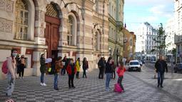 Para siswa menunggu untuk memasuki gedung sebuah sekolah dasar di Praha, Republik Ceko (25/5/2020). Pencabutan pembatasan tersebut dalam upaya membuka kembali perekonomian lebih lanjut. (Xinhua/Dana Kesnerova)