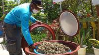 Rahmat, warga Palembang Sumsel sedang menjemur tanaman toga untuk dijadikan teh herbal, peningkat imun agar melawan wabah COVID-19 (Liputan6.com)