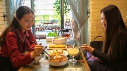 Para pelanggan makan di sebuah restoran vegetarian di Kunming, Provinsi Yunnan, China barat daya, pada 14 Juni 2020. Dalam beberapa tahun terakhir, hidangan vegetarian menjadi populer di kalangan konsumen karena semakin banyak restoran vegetarian bermunculan di Kunming. (Xinhua/Chen Xinbo)