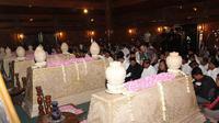 Peziarah memadati makam mantan Presiden Soeharto pada malam 1 Suro. (Liputan6.com/Reza Kuncoro)