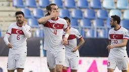 Bek Turki, Caglar Soyuncu (tengah) melakukan selebrasi usai mencetak gol kedua Turki ke gawang Norwegia dalam laga Kualifikasi Piala Dunia 2022 Zona Eropa Grup G di La Rosaleda Stadium, Malaga, Sabtu (27/3/2021). Turki menang 3-0 atas Norwegia. (AFP/Jorge Guerrero)