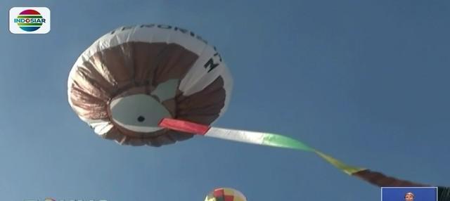 Untuk menandai perayaan Idulfitri, warga Blitar terbangkan puluhan balon udara di Alun-alun Kota Blitar.