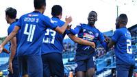 Arema FC berhasil meraih kemenangan 2-0 atas Madura United di Stadion Kanjuruhan, Kabupaten Malang, Jumat (8/11/2019). (Bola.com/Iwan Setiawan)