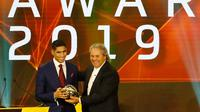 Bek berdarah Maroko, Achraf Hakimi menerima penghargaan Pemain Muda Terbaik Afrika 2019 pada acara CAF Awards di kota wisata Mesir, Hurghada, Selasa (7/1/2020). Selain Pemain Muda Terbaik Afrika 2019, acara itu juga mengumumkan beberapa penghargaan bergengsi lainnya.  (Khaled DESOUKI/AFP)