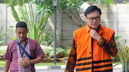 Direktur Operasional Lippo Group Billy Sindoro (kanan) tiba di Gedung KPK, Jakarta, Selasa (4/12). Billy diperiksa sebagai tersangka untuk pelengkapan berkas terkait dugaan penyuapan terhadap Bupati Bekasi Neneng Hasanah Yasin. (Merdeka.com/Dwi Narwoko)