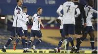 Striker Tottenham, Harry Kane (tengah) berselebrasi bersama rekannya  usai mencetak gol ke gawang Everton pada babak 16 besar Piala FA di Goodison Park, Inggris, Kamis (11/2/2021). Everton membutuhkan babak perpanjangan waktu 2x15 menit untuk mengalahkan Tottenham. (Martin Rickett /Pool via AP)