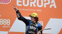 Marco Bezzecchi saat finis pertama Moto2 Eropa di Sirkuit Ricardo Tormo, Valencia, Minggu (08/11/2020) lalu. (JOSE JORDAN / AFP)