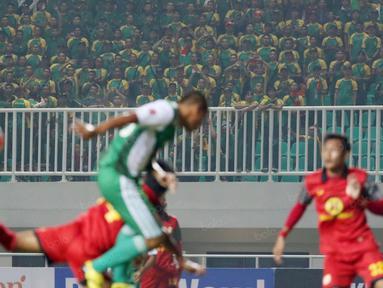 Ekspresi Suporter PS TNI saat menyaksikan timnya melawan Barito Putra pada laga Torabika SC 2016  di Stadion Pakansari, Bogor, Jumat (22/7/2016). PS TNI menang 2-1. (Bola.com/Nicklas Hanoatubun)