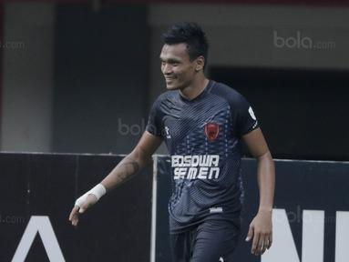 Striker PSM, Ferdinand Sinaga, saat pertandingan melawan Persija pada laga Liga 1 di Stadion Patriot, Bekasi, Selasa  (15/8/2017). Persija bermain imbang 2-2 dengan PSM. (Bola.com/M Iqbal Ichsan)
