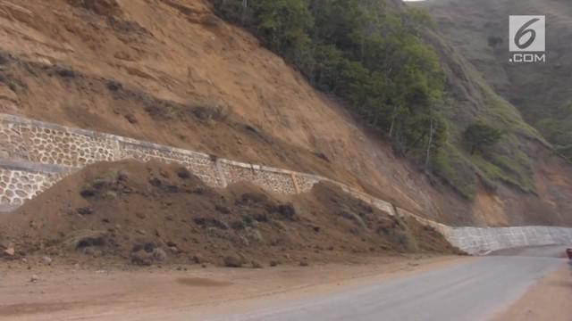 Gempa susulan magnitudo 7 di Lombok, NTB. Menyebabkan longsor di sejumlah titik jalur menuju Gunung Rinjani dan merusak fasilitas umum. Gubernur NTB, Muhammad Zainul Majdi menginstruksikan warga agar tidak menggunakan fasilitas perkantoran dan jalan ...