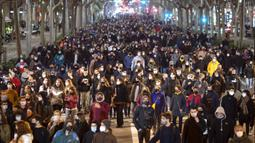 Pendukung rapper Pablo Hasel berdemonstrasi mengutuk penangkapannya di Barcelona, Spanyol, Selasa (16/2/2021). Pablo Hasel menggambarkan kasusnya sebagai perjuangan untuk kebebasan berbicara. (AP Photo/Emilio Morenatti)