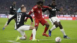 Pemain Bayern Munich, Renato Sanches, berusaha melewati pemain RB Leipzig pada laga Bundesliga di Allianz Arena, Kamis (20/12). Bayern Munich menang 1-0 atas RB Leipzig. (AP/Matthias Schrader)