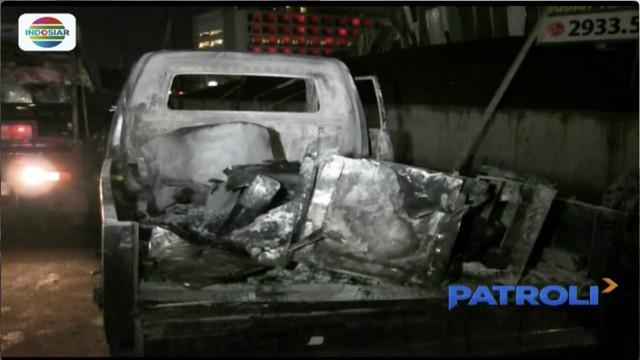 Mobil pick-up penjual tahu bulat hangus terbakar di kawasan Tanjung Duren, Jakarta Barat, saat sedang menggoreng dadakan.