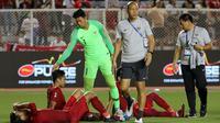 Kiper Timnas Indonesia U-22, Muhammad Riyandi, menghibur rekannya usai dikalahkan Vietnam U-22 pada laga final SEA Games 2019 di Stadion Rizal Memorial, Manila, Selasa (10/12). Indonesia kalah 0-3 dari Vietnam. (Bola.com/M Iqbal Ichsan)