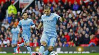 Sergio Aguero mencetak gol keduanya untuk memperkecil kedudukan menjadi 2-4  (Reuters / Jason Cairnduff)