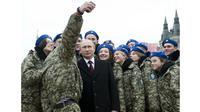 Selfie tentara Rusia bersama Presiden Vladimir Putin (Sumber: The Independent)