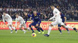 Striker Juventus, Cristiano Ronaldo, melepaskan tendangan ke gawang AS Roma pada laga Serie A di Stadion Olimpico, Roma, Minggu (12/1/2020). AS Roma takluk 1-2 dari Juventus. (AP/Andrew Medichini)