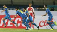 Striker Persib Bandung, Artur Gevorkyan, melakukan selebrasi usai membobol gawang Persipura Jayapura pada laga Liga 1 2019 di Stadion Si Jalak Harupat, Bandung, Sabtu (18/5). Persib menang 3-0 atas Persipura. (Bola.com/M. Iqbal Ichsan)