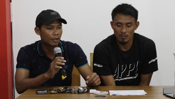 Mantan Pemain Timnas Indonesia, M Nasuha, memberikan keterangan saat jumpa pers di Jakarta, kamis (20/12). Para pemain tersebut membantah terlibat pengaturan skor di Piala AFF 2010. (Bola.com/M Iqbal Ichsan)