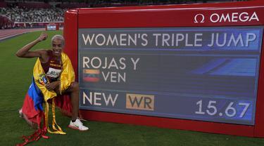 Atlet Venezuela Yulimar Rojas melakukan selebrasi usai memenangkan final lompat jangkit putri di Olimpiade Tokyo 2020 di Tokyo, Jepang, Minggu (1/8/2021). Yulimar Rojas memecahkan rekor dunia lompat jangkit putri yang bertahan selama 26 tahun. (AP Photo/David J. Phillip)