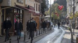 Orang-orang berjalan di Sile, sebuah kota nelayan kecil sekitar 70 kilometer dari Istanbul, Turki, pada 7 Desember 2020. Kekhawatiran akibat COVID-19 menyebabkan semakin banyak penduduk di kota terbesar Turki, Istanbul, pindah ke distrik tepi pantai terpencil kota tersebut. (Xinhua/Osman Orsal)