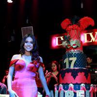 Gaun merah panjang seakan menambah keanggunan dan menandakan Aurel Hermansyah lah yang menjadi ratunya di malam itu. (Wimbarsana/Bintang.com)