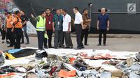 Dirut Lion Air Group Edward Sirait (tengah) bersama Rusdi Kirana saat melihat serpihan pesawat Lion Air JT 610 di Pelabuhan JICT 2, Jakarta, Selasa (30/10). Sejumlah barang ditemukan petugas dalam operasi pencarian. (Liputan6.com/Helmi Fithriansyah)