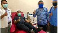 Foto : Pasien pertama covid-19 pertama NTT, El Asamau saat mendonorkan plasma darah di PMI (Liputan6.com/Ola Keda)