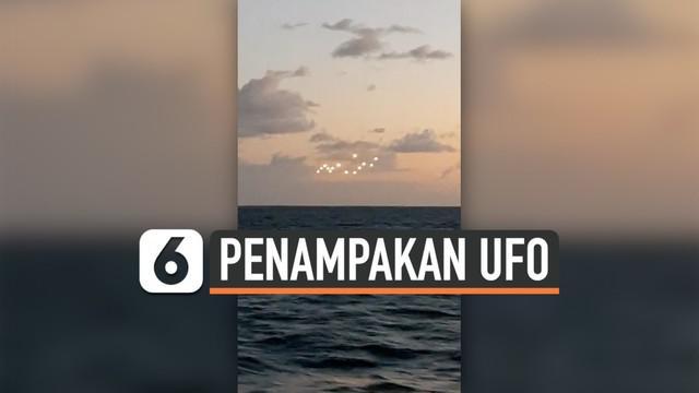 Seorang pria merekam penampakan objek misterius bercahaya yang terbang di atas laut. Diduga, benda misterius tersebut adalah UFO.