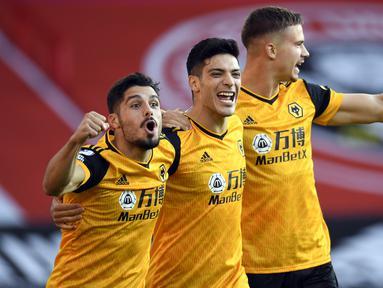Pemain Wolverhampton Wanderers merayakan gol yang dicetak Raul Jimenez ke gawang Sheffield United pada laga Liga Inggris di Bramall Lane, Selasa (15/9/2020). Wolverhampton menang 2-0 atas Sheffield United. (AFP/Peter Powell/pool)
