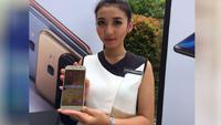Model sedang memegang Galaxy A5. (Liputan6.com/ Andina Librianty)