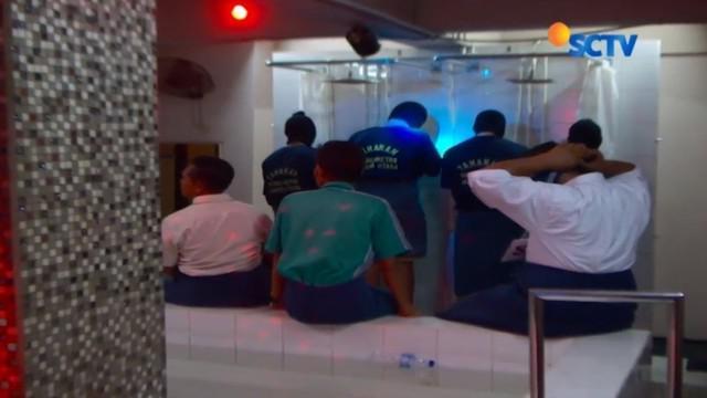 Satuan Reserse Kriminal (Satreskrim) dan Tim Tiger Polres Metro Jakarta Utara menggelar rekonstruksi kasus pesta gay di Atlantis.
