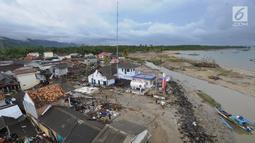 Pemandangan dari udara kawasan pemukiman nelayan di Kampung Sumur Pesisir, Pandeglang, Banten, Selasa (24/12). Kampung Sumur merupakan sebuah permukiman di pinggir laut di Kecamatan Sumur, Ujung Kulon, Banten. (Merdeka.com/Arie Basuki)