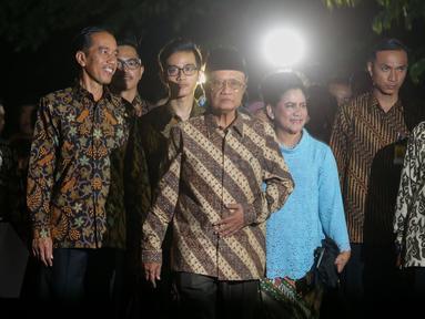 Presiden Jokowi bersama keluarga berjalan kaki menuju rumah kediaman calon mempelai wanita, Selvi Ananda, Jawa Tengah, Selasa (9/6/2015). Jokowi bersama keluarga akan melakukan lamaran kepada keluarga Selvi Ananda. (Liputan6.com/Faizal Fanani)
