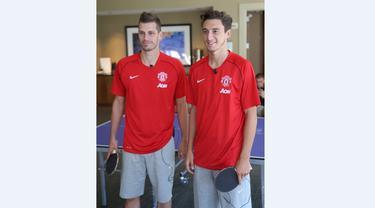 Morgan Schneiderlin dan  Matteo Darmian menghabiskan waktu senggang di sela-sela tur pra musim Manchester United di Amerika Serikat dengan bermain tenis meja. (Manutd.com)