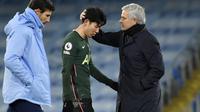 Pelatih Tottenham Hotspur, Jose Mourinho, berusaha menenangkan Son Heung-min saat melawan Manchester City pada laga Liga Inggris di Stadion Etihad, Sabtu (13/2/2021). City menang dengan skor 3-0. (AP photo/Rui Vieira, Pool)
