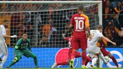 Pemain Real Madrid Toni Kroos (kanan) mencetak gol ke gawang Galatasaray pada laga Liga Champions di Istanbul, Turki, Selasa (22/10/2019). Real Madrid mengalahkan Galatasaray lewat gol tunggal Toni Kroos. (AP Photo)