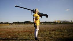 """Peserta cosplay berpose meniru gaya seperti Serasu Vikutoria tokoh karakter Hellsing saat pameran """"Anime Friends"""". di Sao Paulo, Brasil, (19/7/ 2015). Peserta ini terlihat menjiwai saat bergaya seperti Serasu Vikutoria.  (REUTERS/Nacho Doce)"""