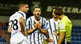 Bek Juventus, Leonardo Bonucci, melakukan protes saat melawan Crotone pada laga Liga Italia di Stadion Ezio Scida, Minggu (18/10/2020). Kedua tim bermain imbang 0-0. (Francesco Mazzitello/LaPresse via AP)