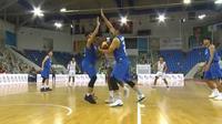 Pemain naturalisasi timnas basket Indonesia Lester Prosper dikepung pemain Thailand pada kualifikasi FIBA Asia Cup 2020. (Dok FIBA)