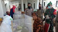 Tokoh masyarakat Pamijahan, Abah Surya Atmadja (berkemeja batik) saat mengikuti rapid test di Pamijahan, Kabupaten Bogor, Selasa (7/7/2020). Abah Surya adalah sosok yang mengundang Rhoma Irama dalam acara khitanan anaknya. (Humas Pemkab Bogor)