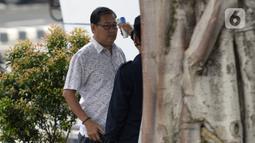Mantan Ketua DPRD Kabupaten Bengkalis Abdul Kadir diperiksa suhu tubuh oleh petugas saat tiba di Gedung KPK, Jakarta, Rabu (18/3/2020). Abdul Kadir diperiksa sebagai saksi untuk tersangka Bupati nonaktif Bengkalis Amril Mukminin terkait dugaan suap. (merdeka.com/Dwi Narwoko)