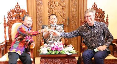 Duta Besar Uni Eropa Vincent Piket (Batik hitam) Bersama Gubernur Bali (endek merah) Mencoba Arak Bali