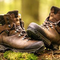 Saat musim hujan memilih sepatu yang tepat saat penghujan menjadi modal utama untuk menunjang aktivitas sehari-hari.
