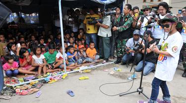 [FOTO] Tegar Hibur Korban Erupsi Gunung Sinabung