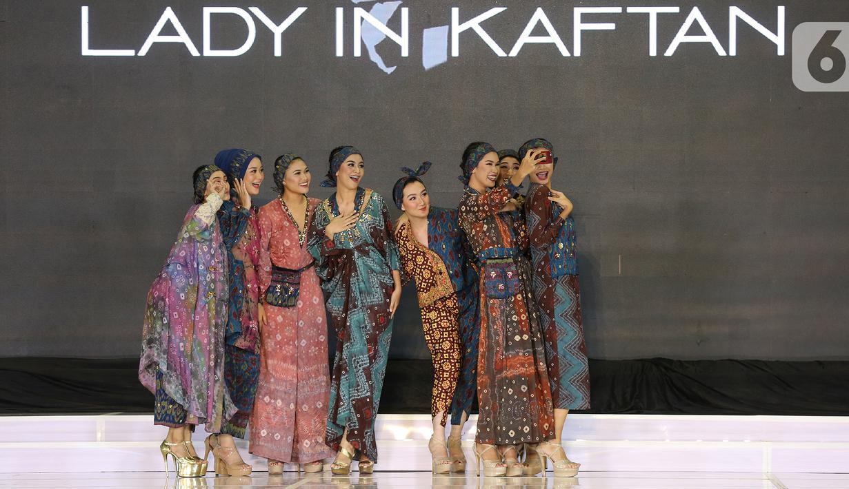 Model membawakan busana Lady in Kaftan pada Palembang Fashion Week di Palembang, Sabtu (07/3/2020). Pagelaran busana yang digelar pada 6-8 Maret menampilkan 20 desainer lokal dengan mengusung tema Young and Nature. (Liputan6.com/Fery Pradolo)