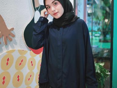 Sebelum Ramadan 2018 tiba, Vebby Palwinta dan sederet selebriti ini telah mantap memutuskan berhijab. Tampilan Vebby semakin modis dan memukau dengan paduan hijab dengan busana yang dikenakannya. (Instagram/vebbypalwinta)
